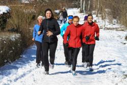 Laufgruppe im Schnee