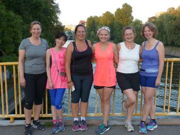 Läuferinnen auf dem Wulenwebersteg
